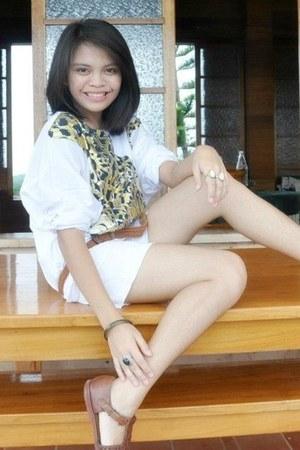 Animal print white top - brown shoes - white shorts