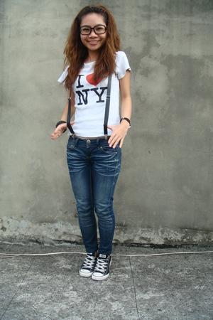 white t-shirt - blue jeans - black Converse shoes - black