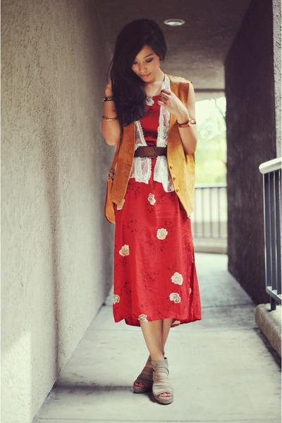 red floral print vintage dress - vintage bag - leather vintage vest - suede Kenn