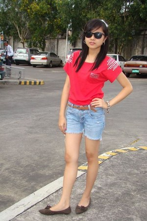 red top - black sunglasses - brown belt - dark brown flats