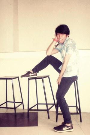 black skinny jeans pants - light blue acid wash jeans jeans - brick red sneakers