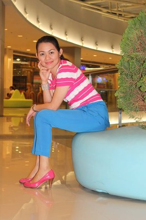 hot pink stripes top - blue pants - hot pink pumps pumps