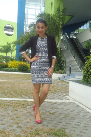 blue aztec dress - black black blazer - hot pink open toe pumps