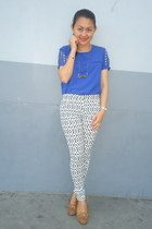 blue cut out top - black printed pants