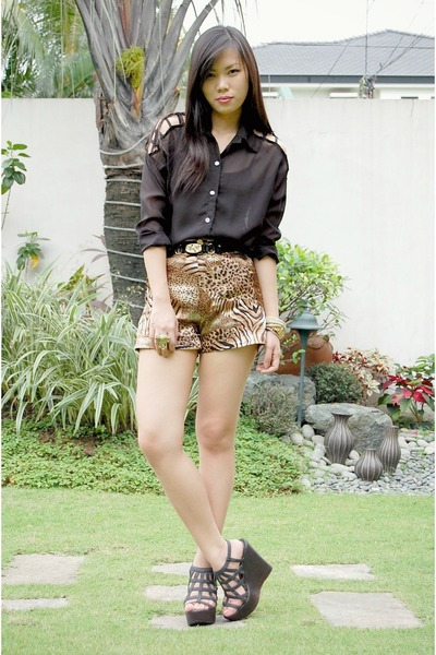 light brown leopard by Jeanne shorts - black Nava wedges