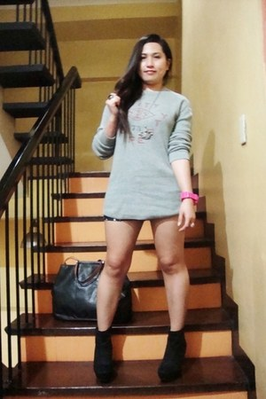 Forever 21 shoes - denim shorts random from Hong Kong shorts - Gap sweatshirt