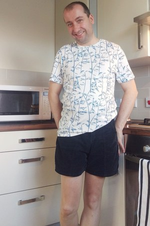 Burtons t-shirt - navy corduroy American Apparel shorts