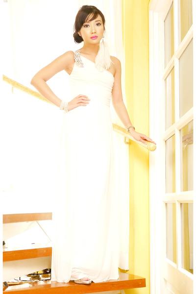 white Glitterati dress - black 255 Chanel bag - ivory feather Bebe earrings