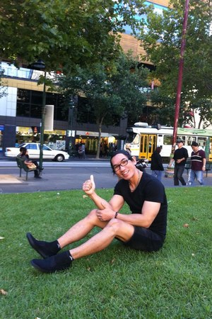 black canvas olimpic shoes - black wrengler shorts - black cotton t-shirt