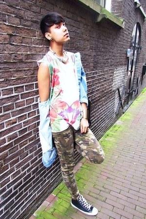 white parrotfloral Zara t-shirt - green camo pants asos jeans