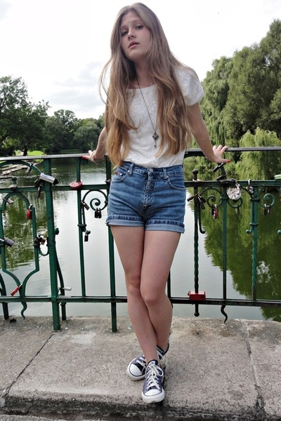b1976bd8a2f9 light blue Levis shorts - ivory quiosque blouse - navy Converse sneakers