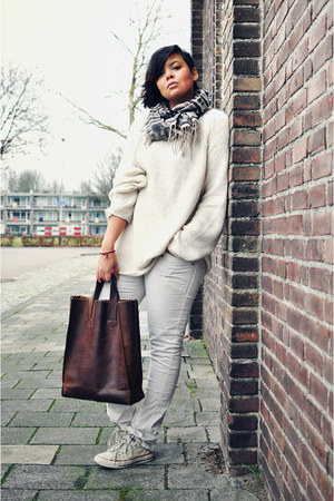 off white vintage sweater - off white Zara jeans - brown Ramon Middelkoop bag