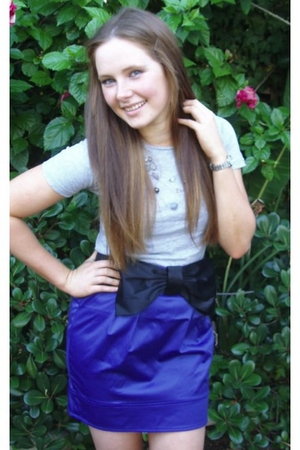 gray Dimmeys top - purple diva necklace - blue Temt skirt