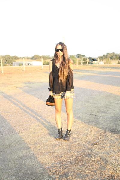 buckled Dolce Vita boots - printed Audrey shorts - wayfarers Ray Ban sunglasses