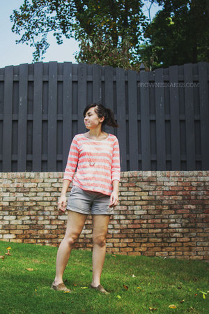 coral striped H&M shirt - light brown Old Navy shorts