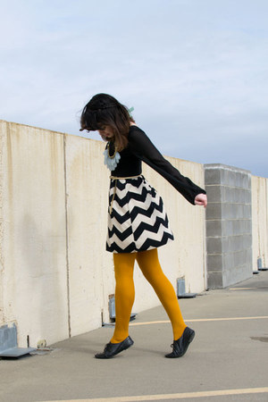 mustard H&M tights - black chevron Kiki LaRue dress