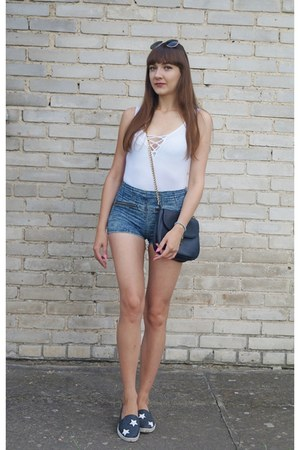 white h&m divided bodysuit - black Stradivarius bag - blue jeans Bershka shorts