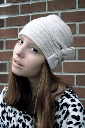 Lara Kazan hat - H&M top