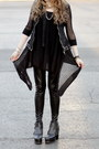 Black-urban-boots-black-shiny-black-lush-leggings-tan-carpet-bag-bag