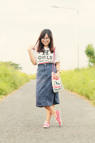 white logo t-shirt - red H&M bag - red gingham sneakers