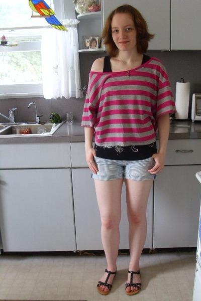 black - gray Miley & Max shirt - blue American Eagle shorts - black - silver Tif