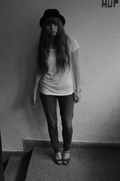 blue H&M Kids jeans - white Orsay shirt - brick red Buffalo London heels