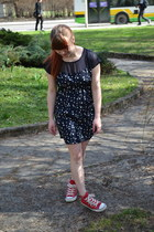 navy New Yorker dress - ruby red Converse sneakers