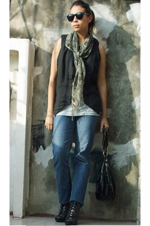 vest - scarf - capa de ozono shoes