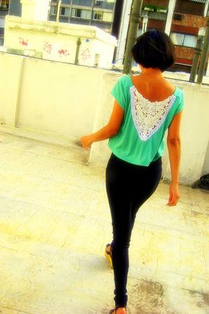 green clara cernadas t-shirt - black clara cernadas leggings - black shoes