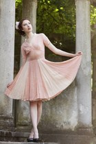 pink vintage vintage dress - white dress - black deichman pumps