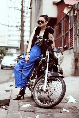 blue tailored Paperbag Vintage pants - black shoes - black sunglasses
