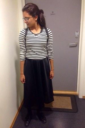 black sports mesh Monki skirt - black sneakers - white striped unknown top