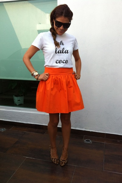 Ohlalacoco t-shirt - carrot orange Zara skirt - leopard Anne Klein pumps