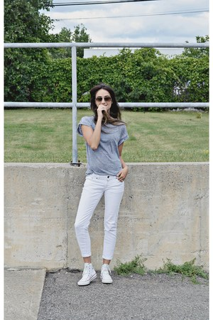 blue Ardene t-shirt - white hi top Converse sneakers