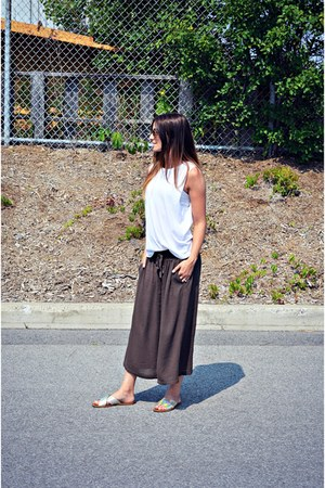 brown linen culottes Ardene pants - gold metallic slides Aldo sandals
