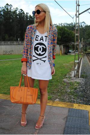 Zara jacket - Tienda de Madrid shirt - Carolina Herrera bag - H&M shorts