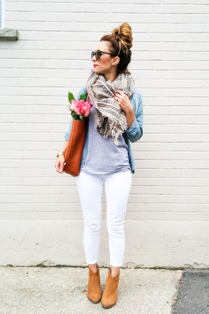 white cropped Old Navy jeans - camel ankle boots Steve Madden boots