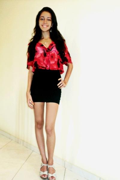 red flowered blouse - black bandage skirt - gold heart necklace