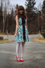 Yellow-daisy-dress-navy-dress-ivory-lace-tights-red-heels