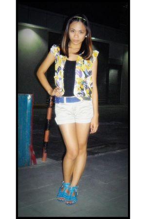 black top - yellow vest - beige shorts - blue belt - blue shoes