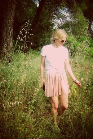 nude skirt - bronze flats - ivory t-shirt