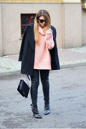 neutral turtleneck Zara sweater - black zipper Zara boots