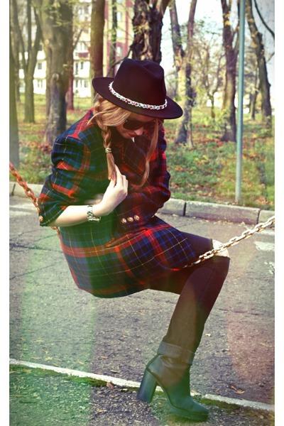 black Stradivarius boots - black H&M jeans - black Zara hat