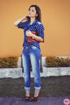 blue blouse - red bag - blue pants - brick red pumps