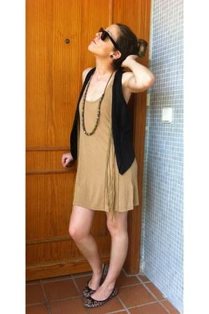 Stradivarius dress - Ray Ban sunglasses - Zara vest - carrefour necklace - Prima
