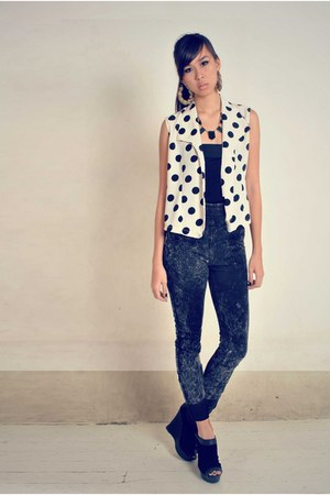 black acid wash borrowed jeans - white polka TYR top - black black Graxie wedges