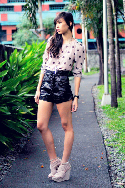 black leatherette F&H shorts - light pink polka The Second Shop top
