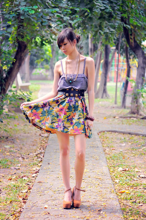 dark green floral vintage skirt - burnt orange brown Summersault wedges - black