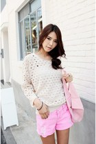 Ivory-knit-sweater-light-pink-canvas-bag-light-pink-denim-shorts