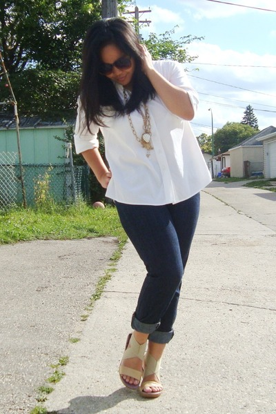 gold necklace - beige Scarpasa shoes - blue Forever 21 jeans